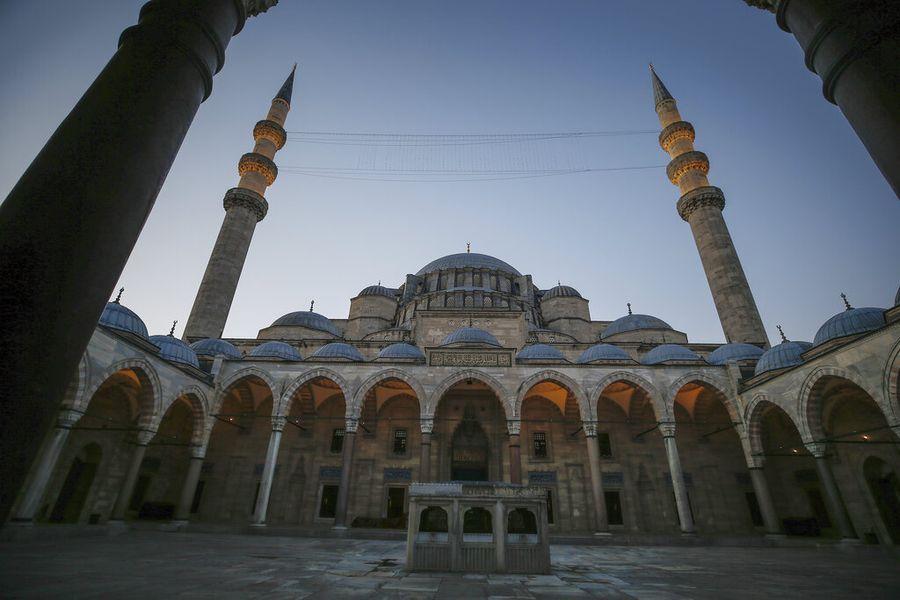 Masjid Suleymaniye tetap gelar salat Idul Fitri secara terbatas. Masjid bersejarah di Turki itu juga menjadi saksi penyebaran Islam di negara tersebut.