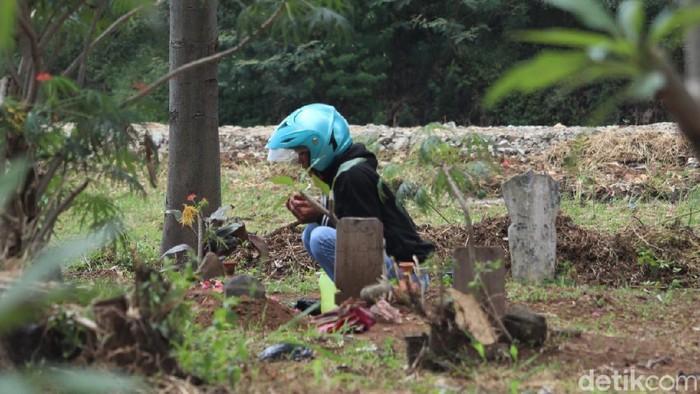 TPU kerap ramai didatangi warga untuk berziarah di momen-momen Lebaran. Namun TPU yang berada di Kabupaten Bandung ini tampak sepi dari peziarah.