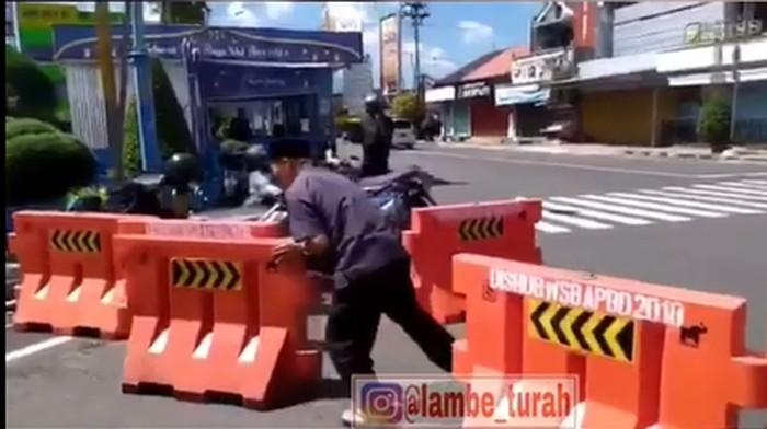 Tangkapan layar pria uring-uringan bongkar barikade jalan di Wonosobo