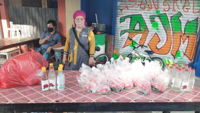 Curhat Pedagang Kembang Omzet Turun karena Peziarah Kurang Imbas Corona. (Foto: Yogi Ernes/detikcom)