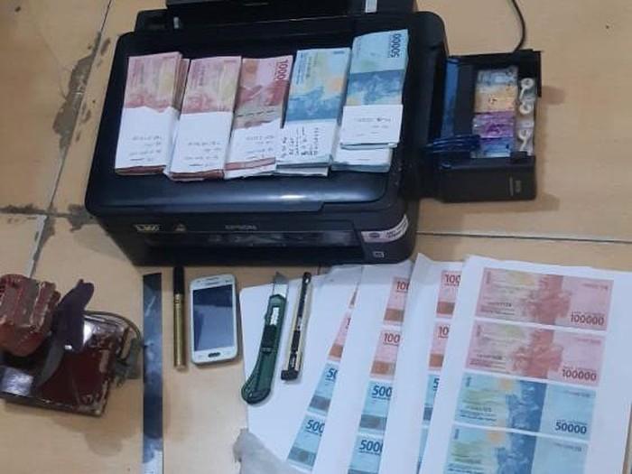 Tersangka dan barang bukti uang palsu (Foto: Istimewa)
