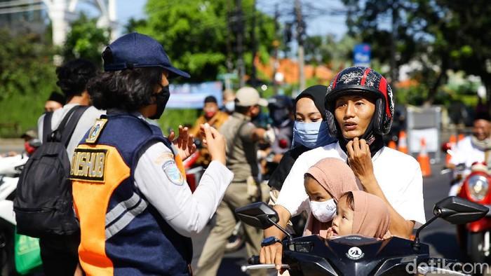 Ratusan personel Satpol PP dan petugas gabungan memperketat pengamanan di Ibu Kota. Hal itu dilakukan guna mencegah warga melakukan mudik lokal di saat Lebaran.