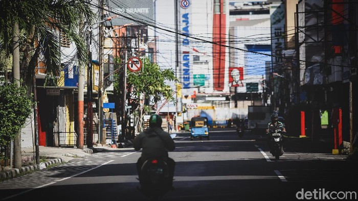 Kawasan pertokoan Pinangsia sepi dari aktivitas penjual dan pembeli. Momen Lebaran dan PSBB jadi sejumlah faktor yang membuat kawasan itu minim aktivitas warga.