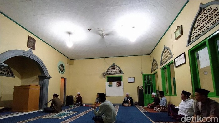 Seluruh umat muslim di Indonesia penuh suka cita menyambut Hari Raya Idul Fitri. Sejumlah masjid di Kabupaten Ciamis, Jawa Barat, mengumandangkan takbir.