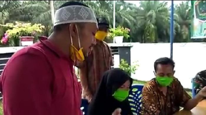 Screenshot video viral mantan kepala desa kembalikan BLT