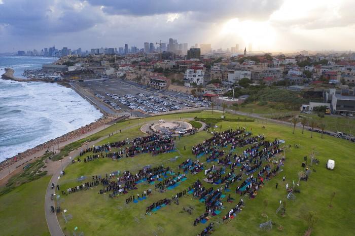 Umat muslim di Palestina turut merayakan Hari Raya Idul Fitri. Sebagian dari mereka ada yang menggelar salat dan berkumpul di daerah perbatasan hingga kota Gaza.