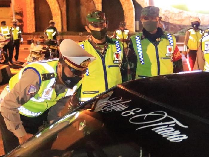 Polisi menggandeng TNI dan Satpol PP menggelar patroli skala besar cegah penyebaran COVID-19