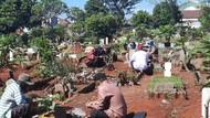 Lebaran di Tengah Corona, TPU di Bintara Bekasi Masih Ramai Peziarah