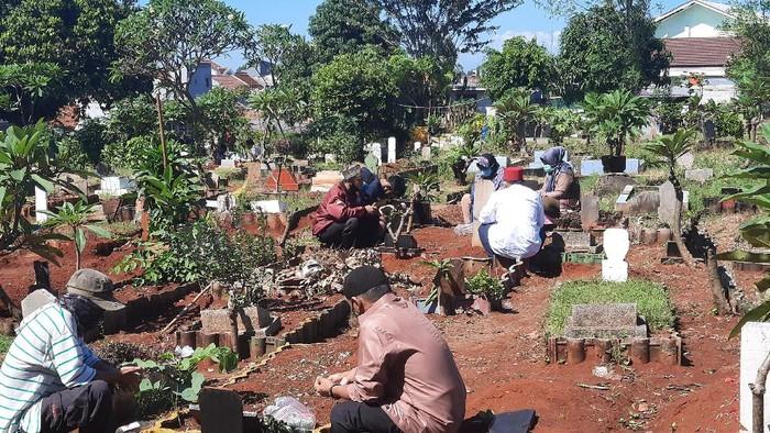 Lebaran Saat Corona, Peziarah Masih Ramai Kunjungi TPU di Bintara Bekasi (Foto: Yogi Ernes/detikcom)