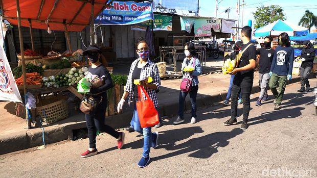 Relawan sisir kucing liar di sejumlah pasar tradisional di Solo, Senin (25/5/2020).