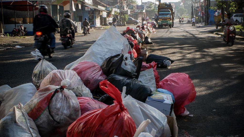 Jorok! Tumpukan Sampah di Jalan Raya Cileduk