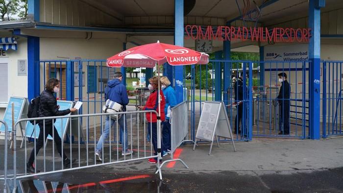 Pascapelonggaran lockdown yang diterapkan di Berlin, Jerman, sejumlah kolam renang umum kembali dibuka.