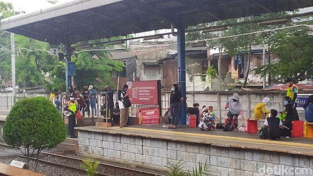 Kondisi di Stasiun Angke, Senin (25/5/2020) siang tadi (Luqman/detikcom)