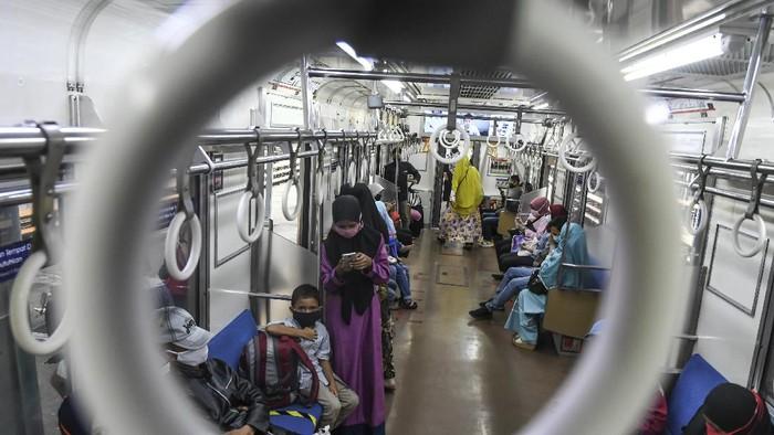 Calon penumpang berjalan menuju Kereta Rel Listrik (KRL) di Stasiun Manggarai, Jakarta, Senin (25/5/2020). PT Kereta Commuter Indonesia atau KCI melaporkan volume pengguna KRL saat pembatasan operasional di hari Lebaran 2020 turun 90 persen dibanding tahun sebelumnya, hal itu merupakan imbas dari pembatasan jam operasional yaitu pada pagi hari pukul 05.00 - 08.00 WIB dan sore hari pukul 16.00 - 18.00 WIB.  ANTARA FOTO/Muhammad Adimaja/hp.
