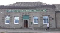 Meski jumlahnya tidak sebanyak kota besar lain di Inggris, komunitas muslim di Stirling cukup aktif dalam kegiatan keagamaan maupun sosial kemasyarakatan. Satu-satunya masjid yang ada, yakni Central Scotland Islamic Centre yang terletak di kawasan Burghmuir Road, menjadi pusat aktivitas muslim Stirling (Ridha Khairina/istimewa)