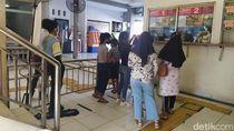 Video: Stasiun Angke Tutup Sementara, Penumpang Menunggu di Luar!