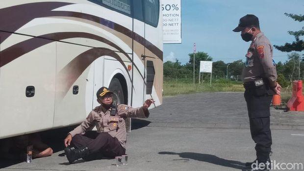TKA China yang ngambek akhirnya bisa dibujuk keluar kolong bus