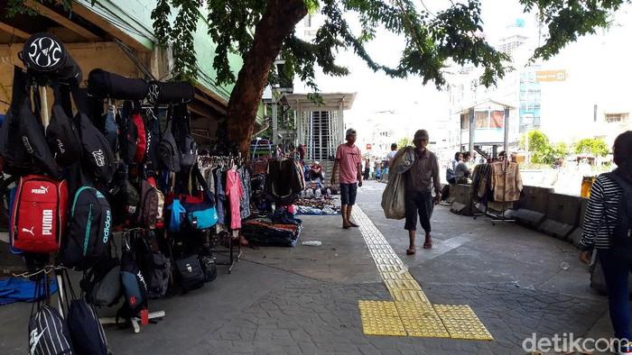 Suasan di kawasan trotoar Jalan Kb Jati, Pasar Tanah Abang