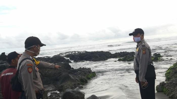 Dua wisatawan berhasil selamat setelah sebelumnya nyaris tenggelam terseret ombak