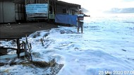Dear Wisatawan, Hati-hati Ombak Pantai Palabuhanratu Sedang Tak Ramah