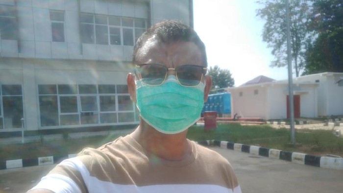 Kabid Humas Polda Bengkulu, Kombes Sudarno, tetap berjemur dan berolahraga selama menjalani isolasi hingga dinyatakan sembuh COVID-19 (dok. Istimewa)