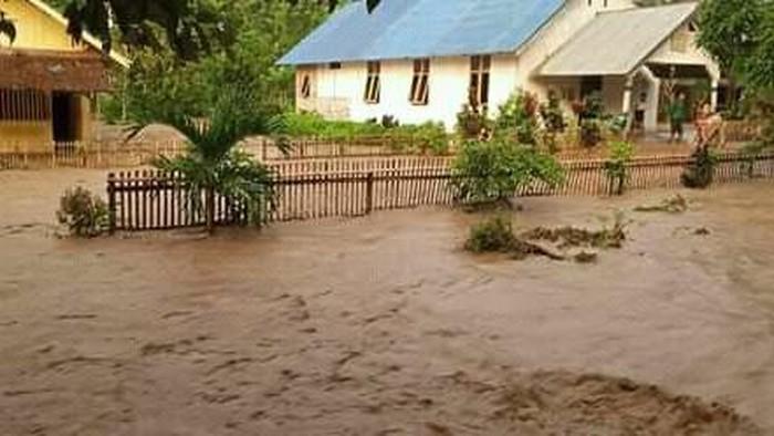 Banjir di Sigi, Sulteng, akibat sungai meluap setelah turun hujan dengan curah tinggi (dok. Istimewa)