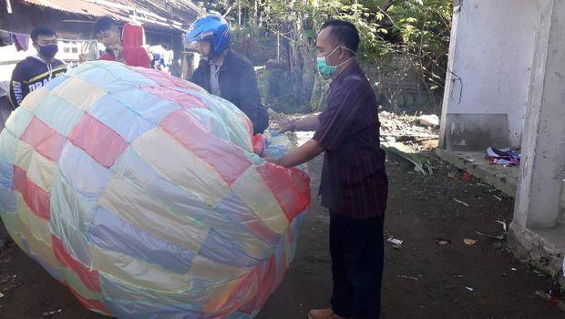 Petugas gabungan mengamankan balon udara yang akan diterbangkan di Kecamatan Kalikajar, Wonosobo, Senin (25/5/2020).