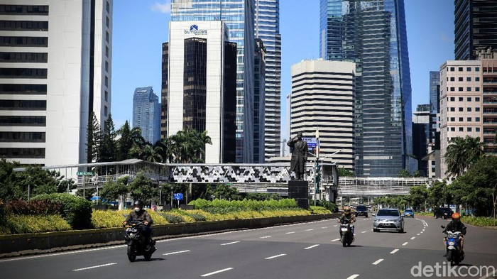 Jalan Sudirman Thamrin terpantau masih kosong saat lebaran H+1 Idul Fitri 1441 H, Jakarta, Senin (25/5/2020). Ari Saputra/detikcom