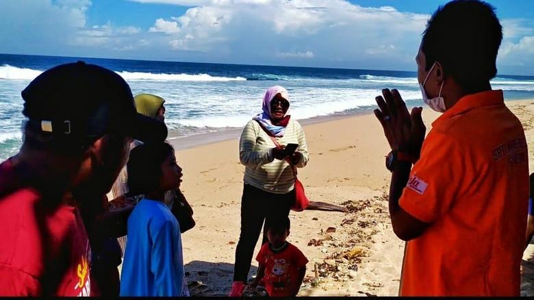 Tim SAR saat memberi imbauan kepada para pengunjung pantai agar pulang.