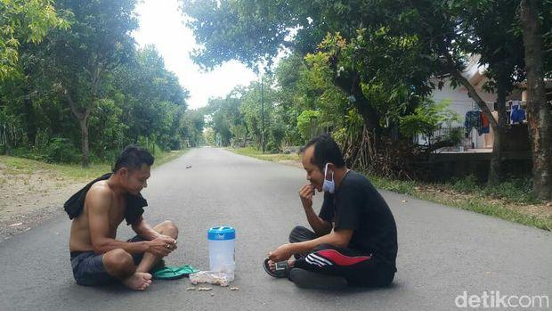 Saking sepinya, warga bisa makan di jalan