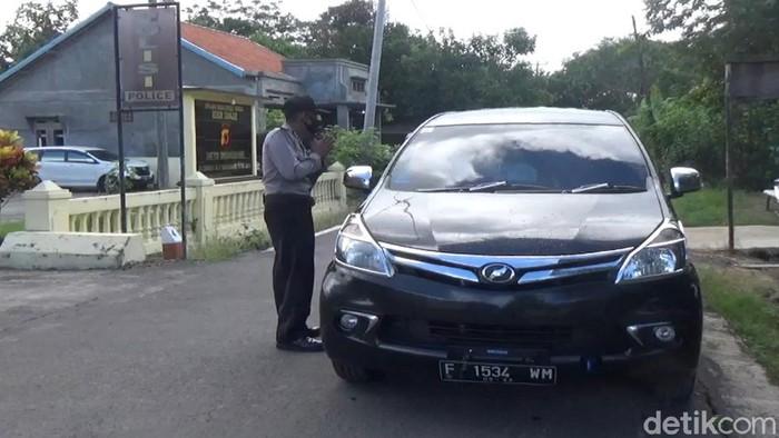 Petugas cegat ratusan wisatawan yang hendak kunjungi pantai di Cianjur Selatan