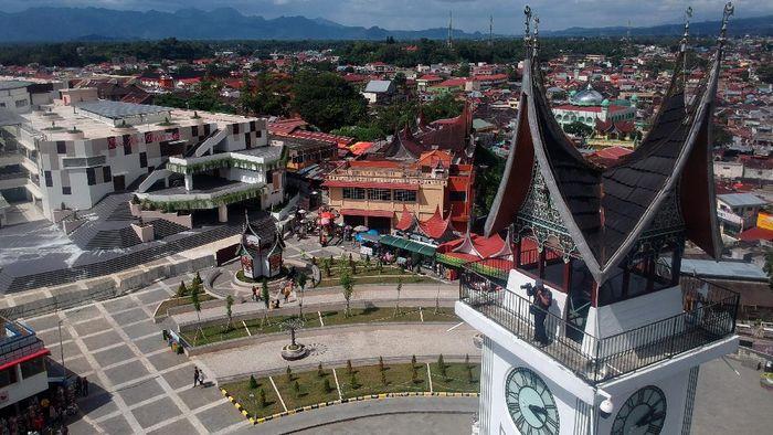 Sejumlah pengunjung menikmati kawasan Jam Gadang di Bukittinggi, Sumatera Barat, Senin (25/5/2020). Meskipun masih dalam masa PSBB hingga 29 Mei 2020, objek wisata aikonik di Sumbar itu masih dikunjungi pengunjung. ANTARA FOTO/Iggoy el Fitra/hp.