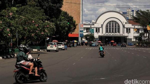 Stasiun Jakarta Kota pun terlihat lengang.