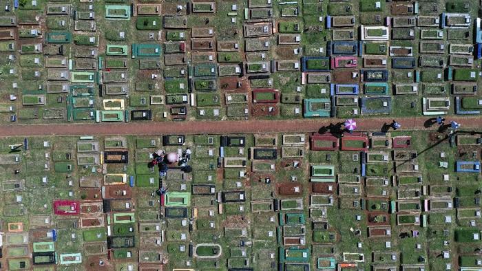 Warga melakukan ziarah kubur di Tempat Pemakaman Umum (TPU) Karet Bivak, Jakarta, Senin (25/5/2020). Tradisi ziarah kubur pada Hari Raya Idul Fitri masih dilakukan warga meskipun sudah ada imbauan untuk tidak berkerumun sesuai aturan PSBB yang masih diberlakukan di Provinsi DKI Jakarta. ANTARA FOTO/Galih Pradipta/wsj.