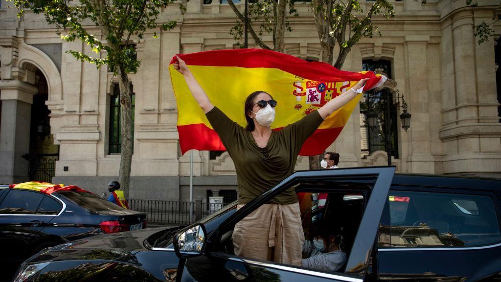 Status Darurat COVID-19 Dicabut, Warga Spanyol Berpesta Tanpa Masker