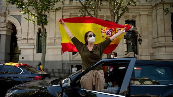 Ribuan warga Spanyol turun ke jalan untuk memprotes langkah-langkah lockdown (penguncian) yang diterapkan untuk mengendalikan penyebaran virus Corona.