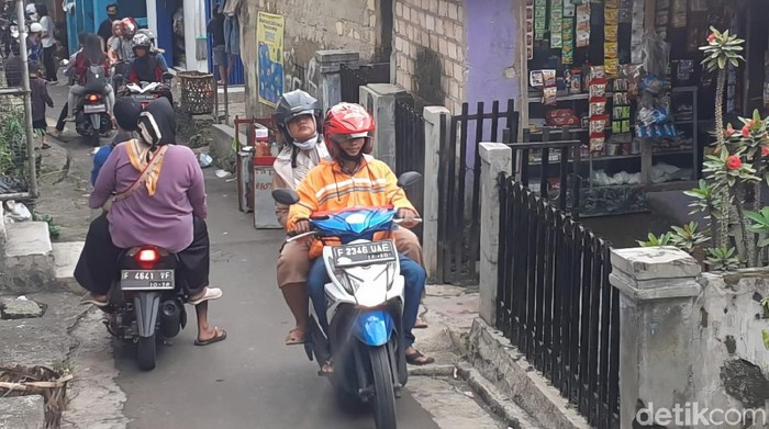Warga Sukabumi lewat jalur tikus demi ke kawasan wisata Palabuhanratu