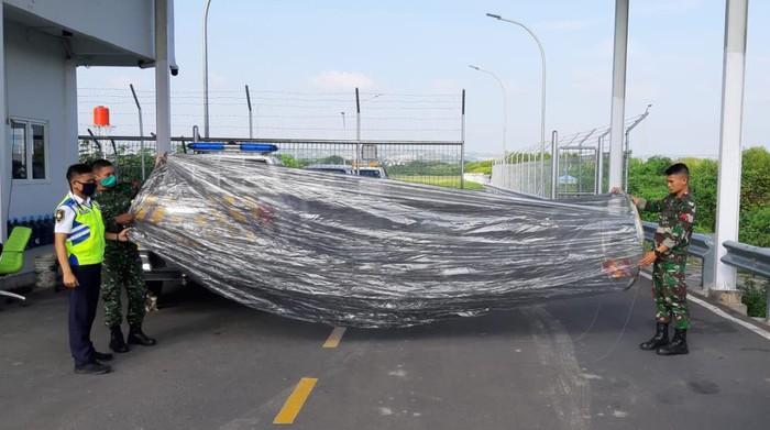 Penampakan balon udara yang jatuh di area Bandara Jenderal Ahmad Yani, Semarang, Senin (25/5/2020).
