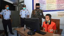 Saat Napi Lapas Surabaya Berlebaran dengan Keluarga Lewat Video Call