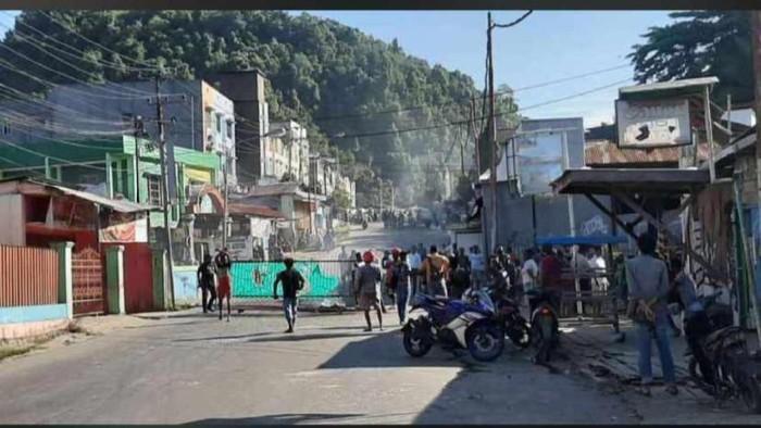 Warga protes kematian pria mabuk tewas usai hindari semprotan water canon dengan cara memalang Jalan Hamadi (WIlpret)