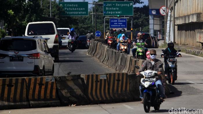 Pengendara sepeda motor terpaksa melawan arus lalu-lintas di jalan Ciledug Raya, Pesanggrahan Jaksel, tepatnya di gerbang tol Ciledug 3 arah Lebak Bulus.