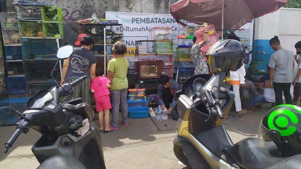 Warga Padati Pasar Hewan Jatinegara di tengah wabah Corona