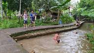 Foto Anak-anak di Ciamis Isi Libur Lebaran di Saluran Irigasi