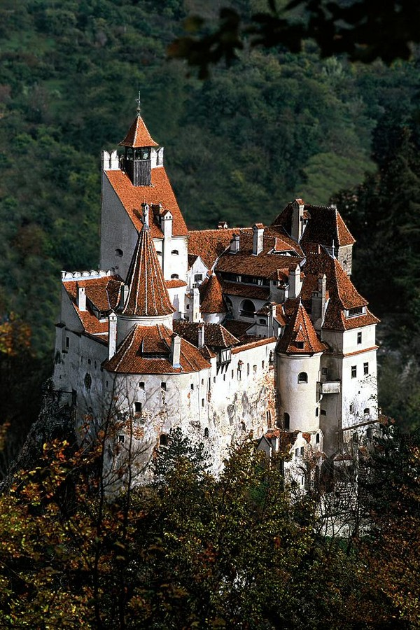 Kastil Pertama adalah kastil Bran menjadi sangat terkenal setelah adanya karakter Dracula karya Bram Stoker. Istimewa/dok.bran-castle.com