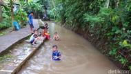 Tempat Wisata Tutup Saat Lebaran, Anak-anak Bermain di Saluran Irigasi