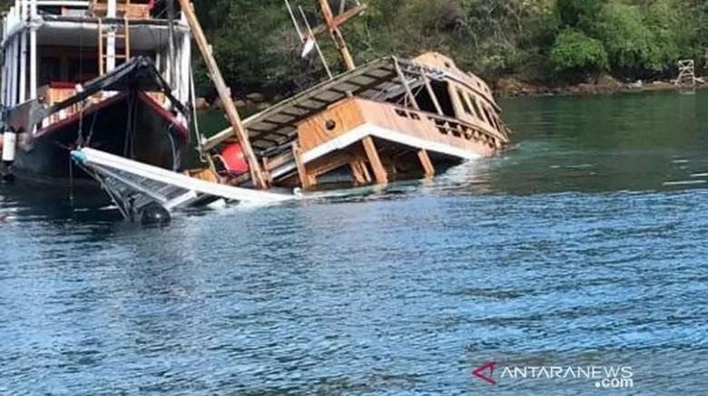 Salah satukapal phinisi yang sering digunakan oleh wisatawan untuk berwisata di taman nasional komodo, tenggelam di perairan Labuna Bajo.