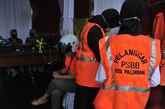 Ada sanksi yang menunggu bagi para pelanggar PSBB di Palembang. Sanksi yang dikenakan pun beragam mulai dari bayar denda hingga melakukan pelayanan sosial.