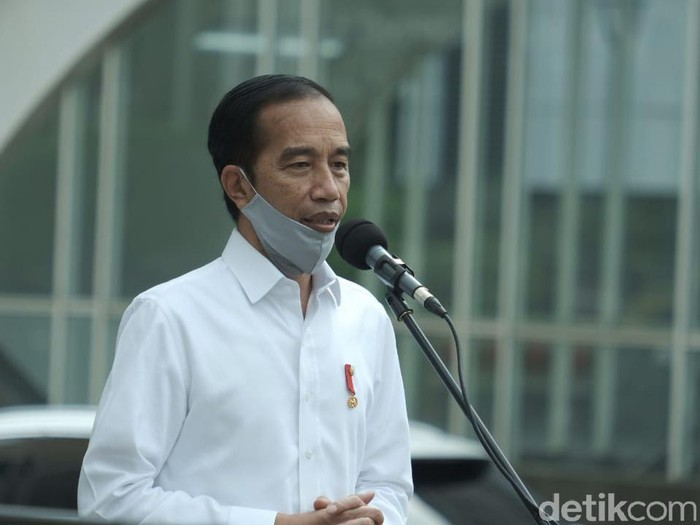 Presiden Jokowi, Panglima TNI, dan Gubernur DKI Anies Baswedan meninjau persiapan kesiapan New Normal di Stasiun MRT