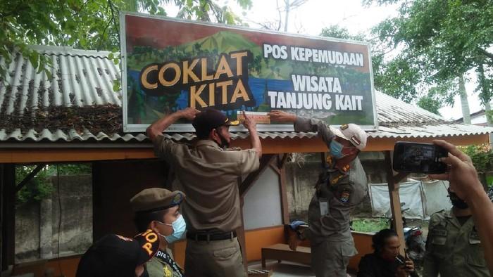 Objek Wisata Pantai Tanjung Kait disegel Satpol PP.