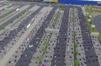 Total ada 700 orang jamaah yang mengikuti ibadah Salat Idul Fitri di parkiran Ikea. Ibadah Salat Id di Ikea itu bisa terlaksana berkat 2 pimpinan masjid yang melakukan pendekatan terhadap toko Ikea di kota Wetzlar. (Twitter/@AbdirahimS)